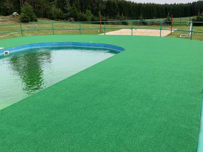 Naše pokládka Summer nop green u bazénu v roce 2019