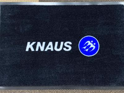 V roce 2020 jsme dodávali malé rohožky s logem firmy Knaus do soukromého karavanu.